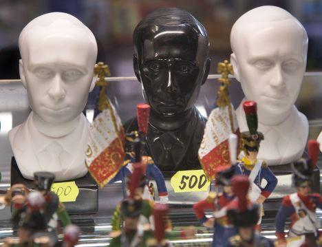 Бюст Владимира Путина в сувенирном магазине в Санкт-Петербурге