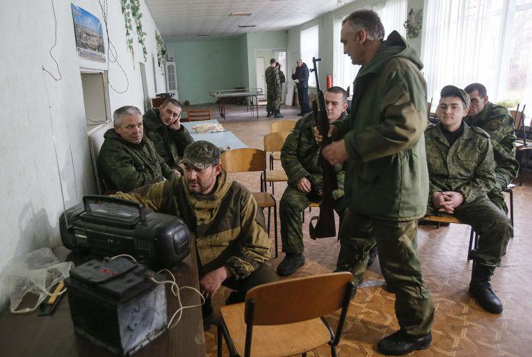 Ополченцы в Донецке смотрят пресс-конференцию Владимира Путина