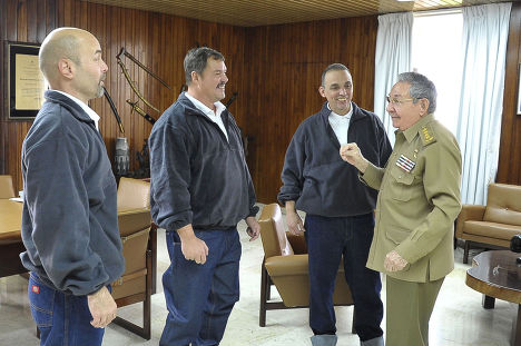 Рауль Кастро разговаривает с отпущенными США пленниками