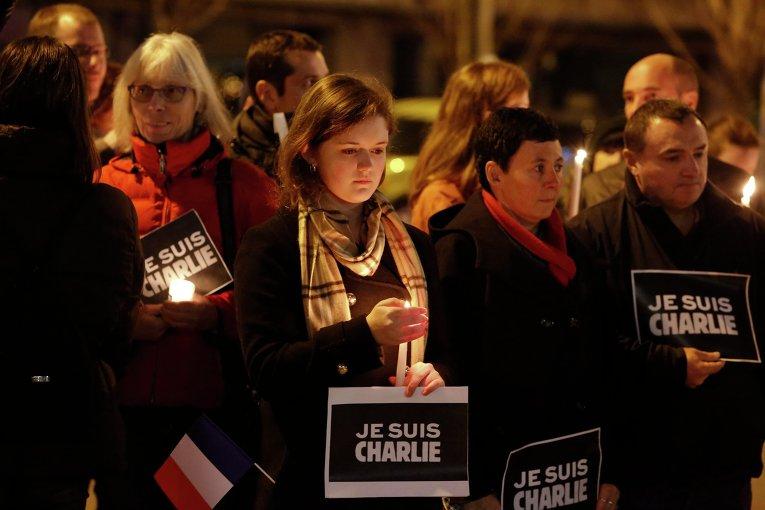 Люди вышли на улицы в память о жертвах теракта в Париже
