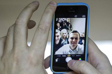 Алексей Навальный делает селфи в здании суда