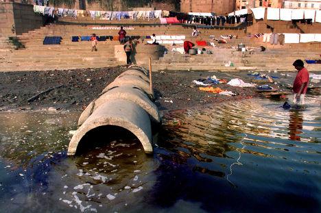 Отходы сливаются в Гангу в городе Варанаси, Индия