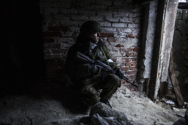 Ополченец в укрытии в Киевском районе Донецка в 3 км от аэропорта