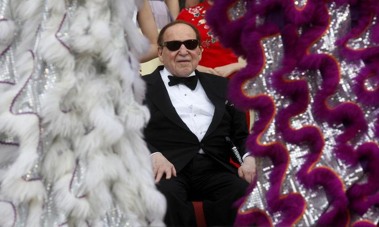 Американский бизнесмен Шелдон Адельсон смотрит танец льва на церемонии открытия казино в Макао