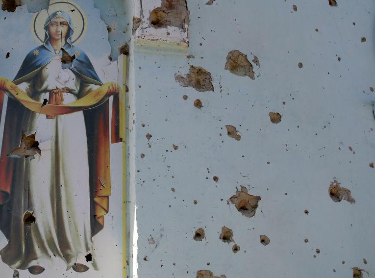 Поврежденная во время обстрела церковь в поселке Новосветловка