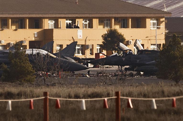 Самолеты на авиабазе Лос Льянос в Испании, поврежденные при крушении самолета F-16