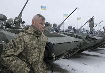 Украинский солдат во время встречи с Петром Порошенко на военной базе рядом с Житомиром