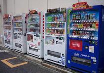 Вендинговые аппараты на улице Токио, Япония