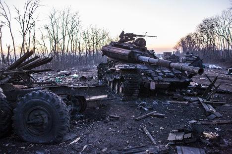 Уничтоженный танк на улице Дебальцево