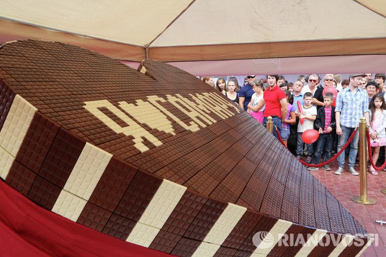 Шоколадное сердце рекордных размеров подарили кондитеры жителям Самары в День города