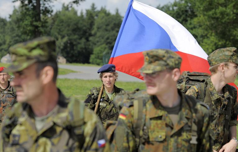 Солдаты из Чехии, Германии и США во время совместных учений в городе Гера в Германии