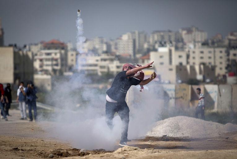 Столкновения палестинцев с израильскими военными рядом с военной тюрьмой Офер неподалеку от Рамаллы