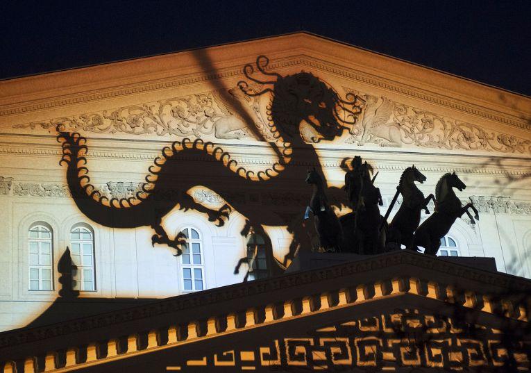"""Фасад Большого театра во время светового шоу """"Кругосветное путешествие"""" в Москве."""