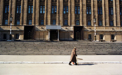 Пожилая женщина на улице в Москве