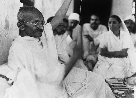 Махатма Ганди занимается прядением, 1930 год