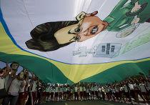 Демонстранты несут баннер с карикатурой на Дилму Русеф во время акции протеста в Рио-де-Жанейро, 12 апреля 2015 года