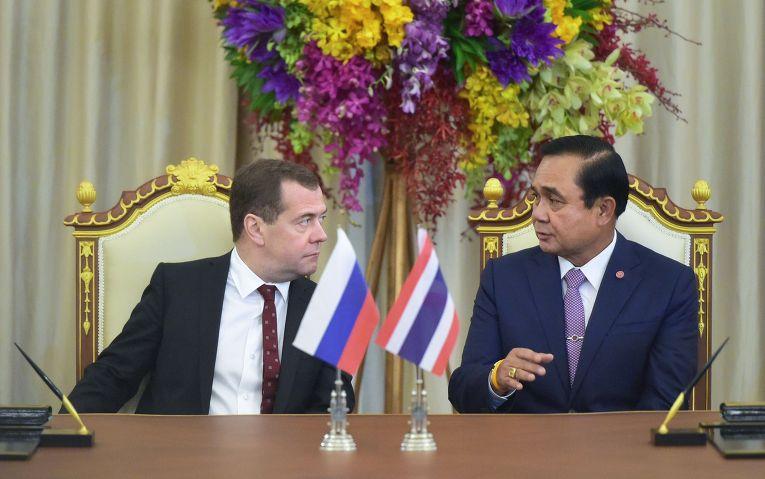 Дмитрий Медведев (слева) и премьер-министр Таиланда Прают Чан-Оча на церемонии подписания документов по итогам российско-таиландских переговоров в Бангкоке