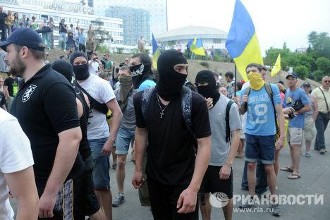 Участники пикета у российского консульства в Одессе с требованием снять со здания государственный флаг России