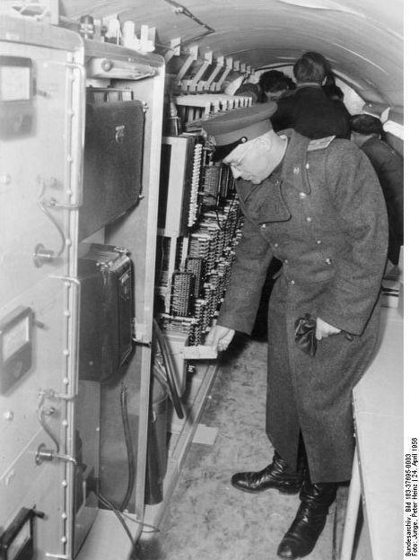 Офицер Группы советских войск в Германии указывает на английские надписи на оборудовании в обнаруженном туннеле под Берлином