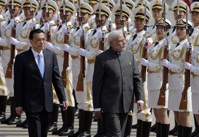 Премьер-министр КНР Ли Кэцян и премьер-министр Индии Нарендра Моди во время встречи в Пекине
