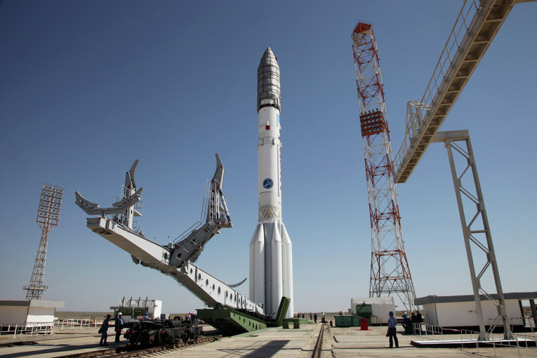 "Ракета ""Протон-М"" перед стартом на космодроме Байконур, Казахстан"