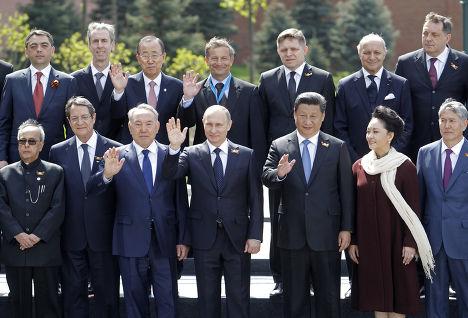 Владимир Путин фотографируется с лидерами зарубежных стран после парада Победы на Красной площади