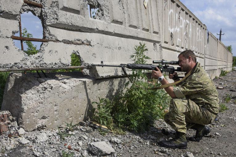 Пророссийский ополченец на окраине Донецка