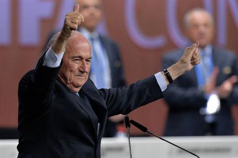 Переизбранный президент ФИФА Йозеф Блаттер после оглашения результатов выборов в рамках 65-го Конгресса ФИФА в Цюрихе