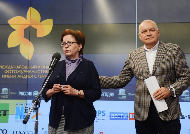 Дмитрий Киселев и Вера Николаевна Стенина во время церемонии награждения победителей конкурса имени Андрея Стенина