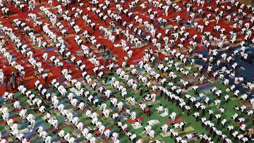 Комплекс упражнений Сурья-намаскар во время празднования Всемирного дня йоги в Бангалоре