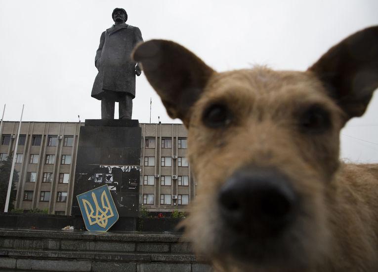 Памятник Ленину с государственным гербом Украины в Славянске, июль 2014 года