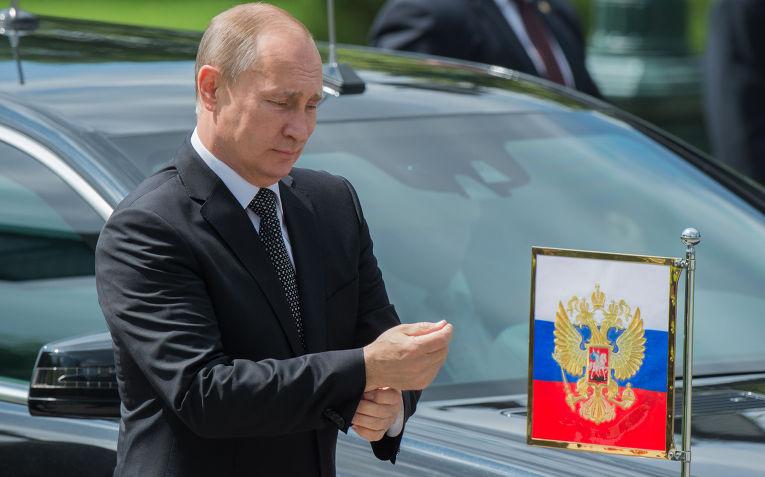 Владимир Путин на церемонии возложения венка к Могиле Неизвестного солдата в Александровском саду