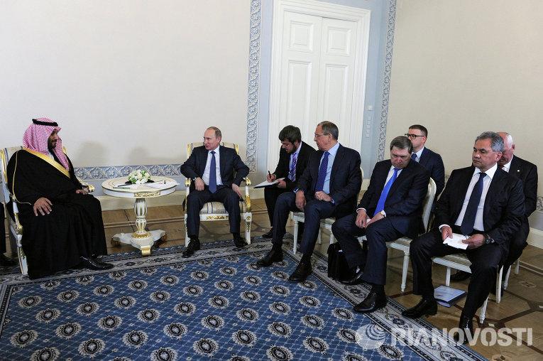 Президент России Владимир Путин и преемник Наследного принца, министр обороны Саудовской Аравии Мухаммед Бен Салман во время встречи в Санкт-Петербурге