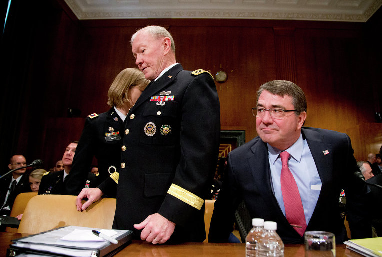 Министр обороны США Эштон Картер и председатель Объединенного комитета начальников штабов США Мартин Демпси перед принятием военного бюджета США в Конгрессе