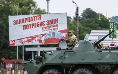 Украинский военный на месте перестрелки в Мукачеве