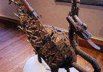 Фигура птицы, собранная из оружия