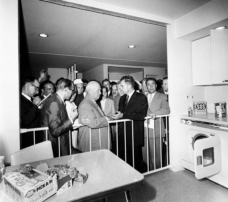 Ричард Никсон и Никита Хрущев на выставке «Промышленная продукция США» в парке Сокольники, июль 1959 года