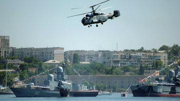 """Ракетный катер """"Р-71"""" (962) и ракетный корабль на воздушной подушке """"Бора"""" (615) во время генеральной репетиции военно-морского парада в Севастополе"""