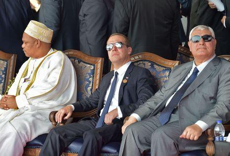 Дмитрий Медведев (в центре) принимает участие в официальной церемонии открытия нового русла 72-километрового Суэцкого канала в египетском городе Исмаилия