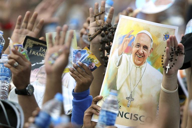 Паломники встречают папу Франциска во время мессы в городе Гуаякиль, Эквадор