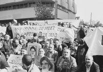 Митинг родственников иранских у офиса Красного креста в Тегеране, 1984 год