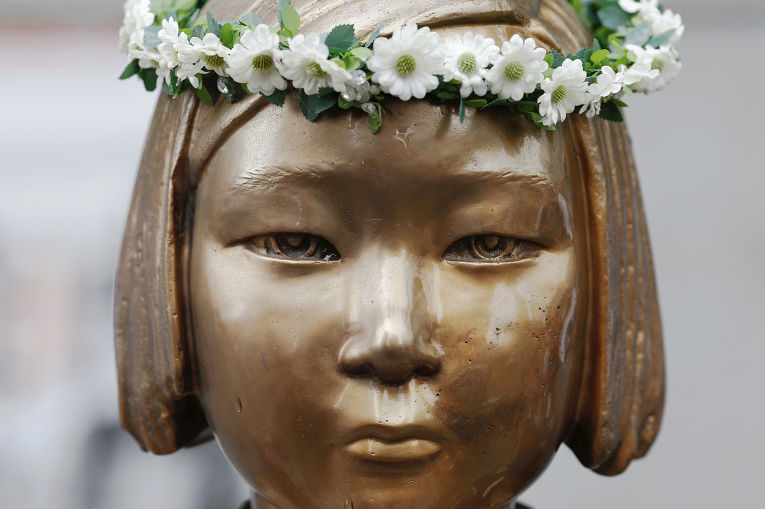 Скульптура «женщины для утещения» в Сеуле