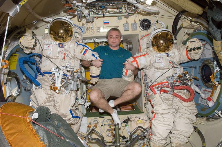 Максим Сураев демонстрирует скафандры «Орлан» в рамках подготовки к выходу в открытый космос, 11 января 2010 г.