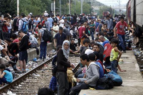 Беженцы на железнодорожной станции в городе Гевгелия, Македония, после перехода границы с Грецией