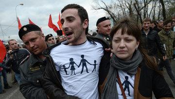 Сотрудники полиции задерживают православного активиста Дмитрия Энтео (Цорионова) на митинге оппозиции на Болотной площади в Москве