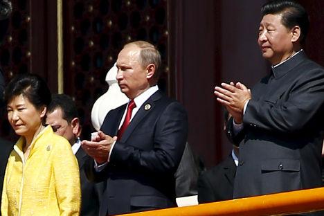 Владимир Путин, Пак Кын Хэ и Си Цзиньпин во время Парада Победы на площади Тяньаньмэнь в Пекине