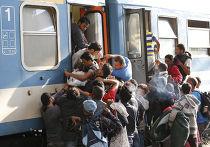 Беженцы пытаются попасть в поезд на железнодорожной станции в Будапеште