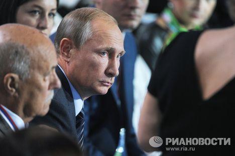 Президент России Владимир Путин принимает участие в пленарном заседании Форума ОНФ