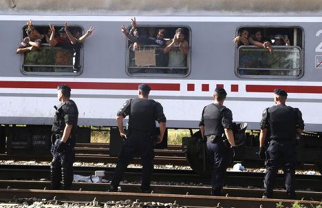 Поезд, развозящий беженцев по приютам, отправляется со станции в городе Товарник, Хорватия