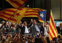 Глава Каталонии Артур Мас и лидер партии «Республиканские левые Каталонии» Ориол Хункерас со сторонниками после досрочных выборов в парламент Каталонии